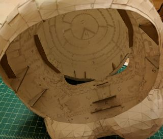 Cardboard cross-section supports on the face