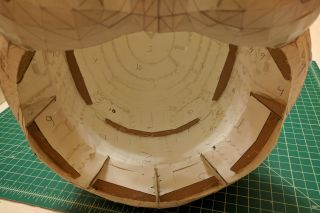 Cardboard cross-section supports on the scalp and brim